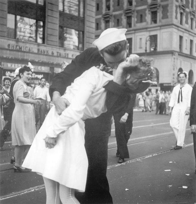 WWII Sailor Who Kissed Woman in Iconic V-J Day Photo Has Died at 95