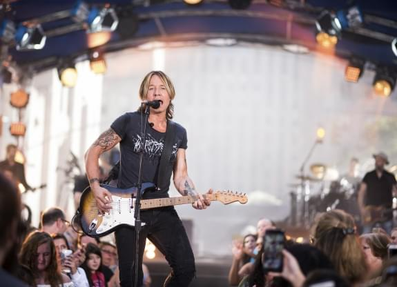 Woman pays Keith Urban's tab at gas station
