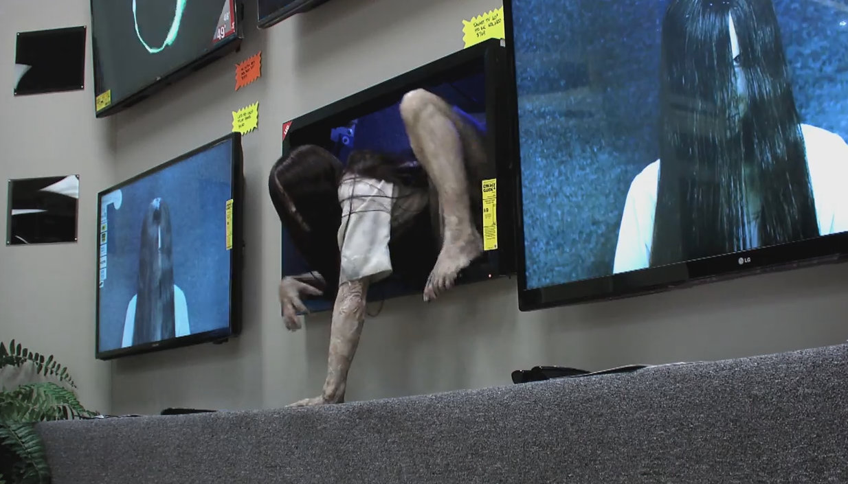 The Creepy Girl in Rings, Pranks Store Customers