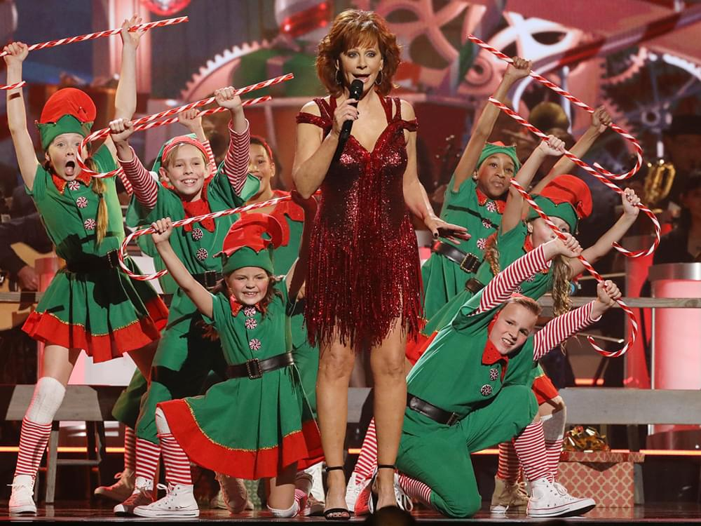 Reba Mcentire Christmas Guest.Watch Reba Mcentire Perform Hard Candy Christmas In Sneak