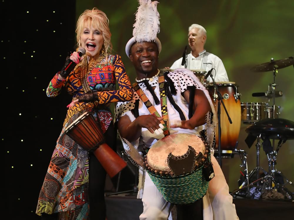 Cma Christmas Special 2019.Dolly Parton Opens Dollywood For The 2019 Season With New