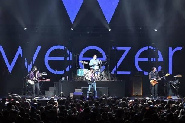 Weezer Surprises Us with Cover LP 'The Teal Album'