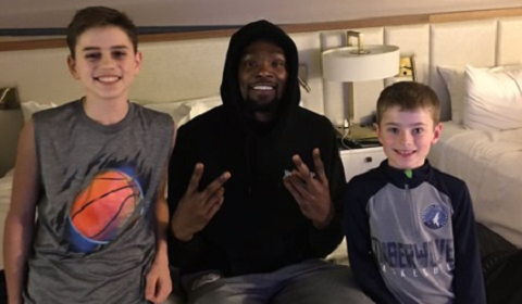Kevin Durant Surprises Family With Pizza Delivery