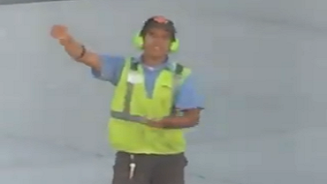 Tarmac Worker Makes Quick Friend Playing Rock-Paper-Scissors