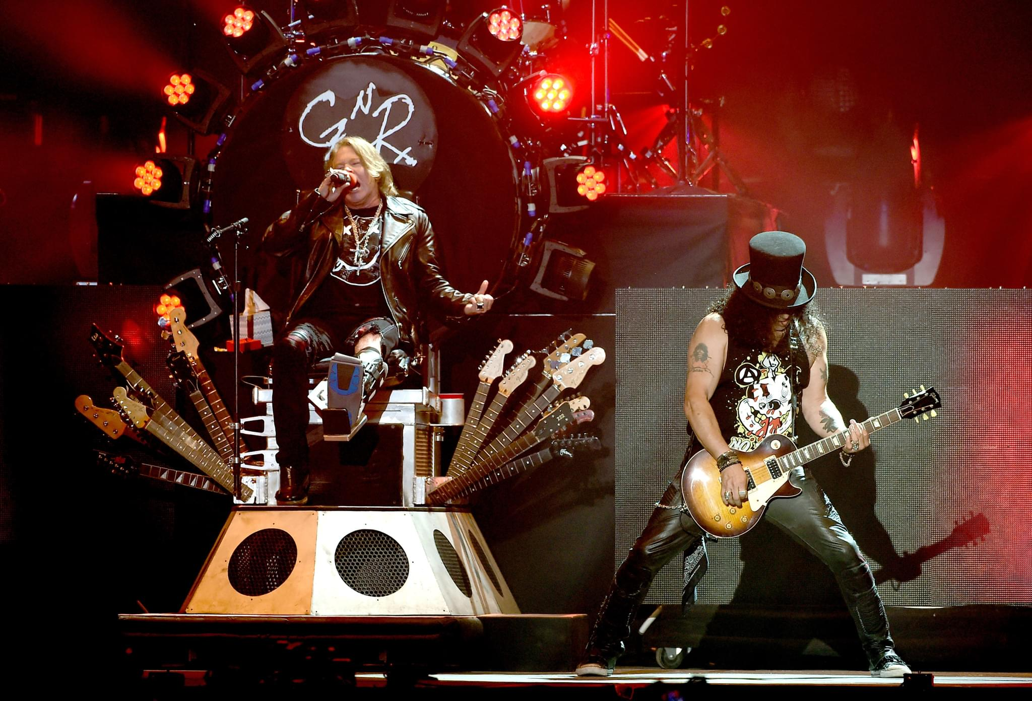 FOO FIGHTERS AND GNR SHARE THE STAGE