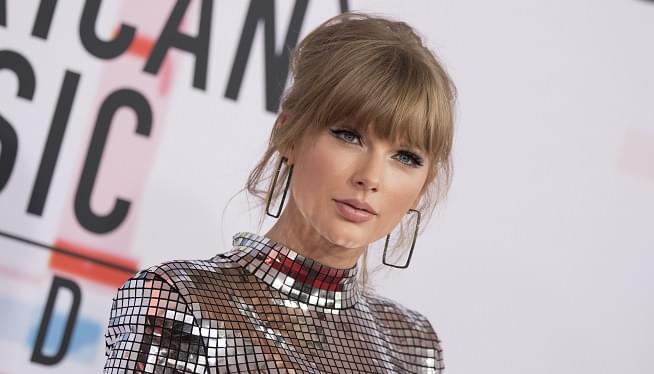 Taylor Swift Calls On Fans To Vote During 'Artist Of The Year' Speech