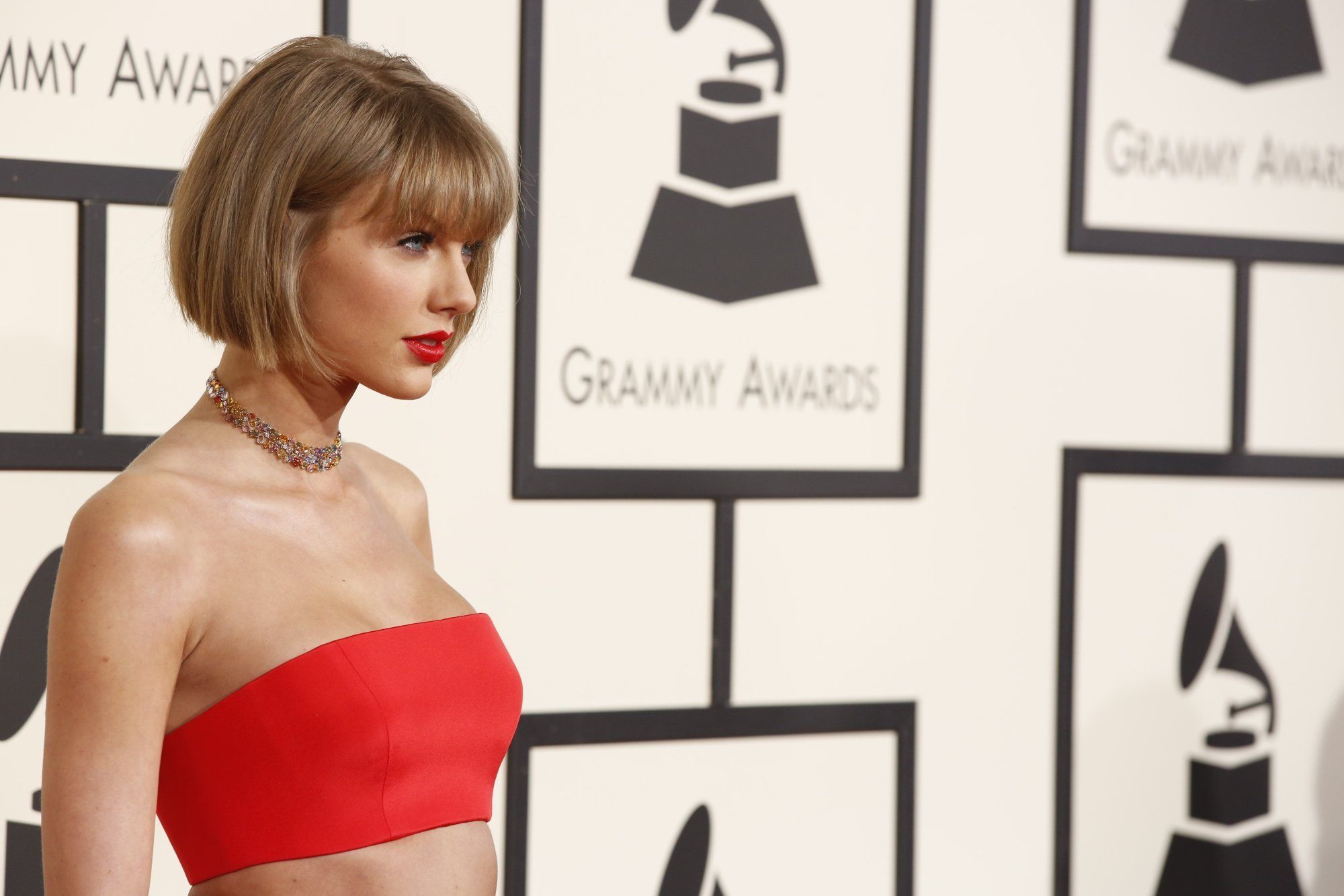 Taylor Swift Is A Naked Cyborg! [VIDEO]