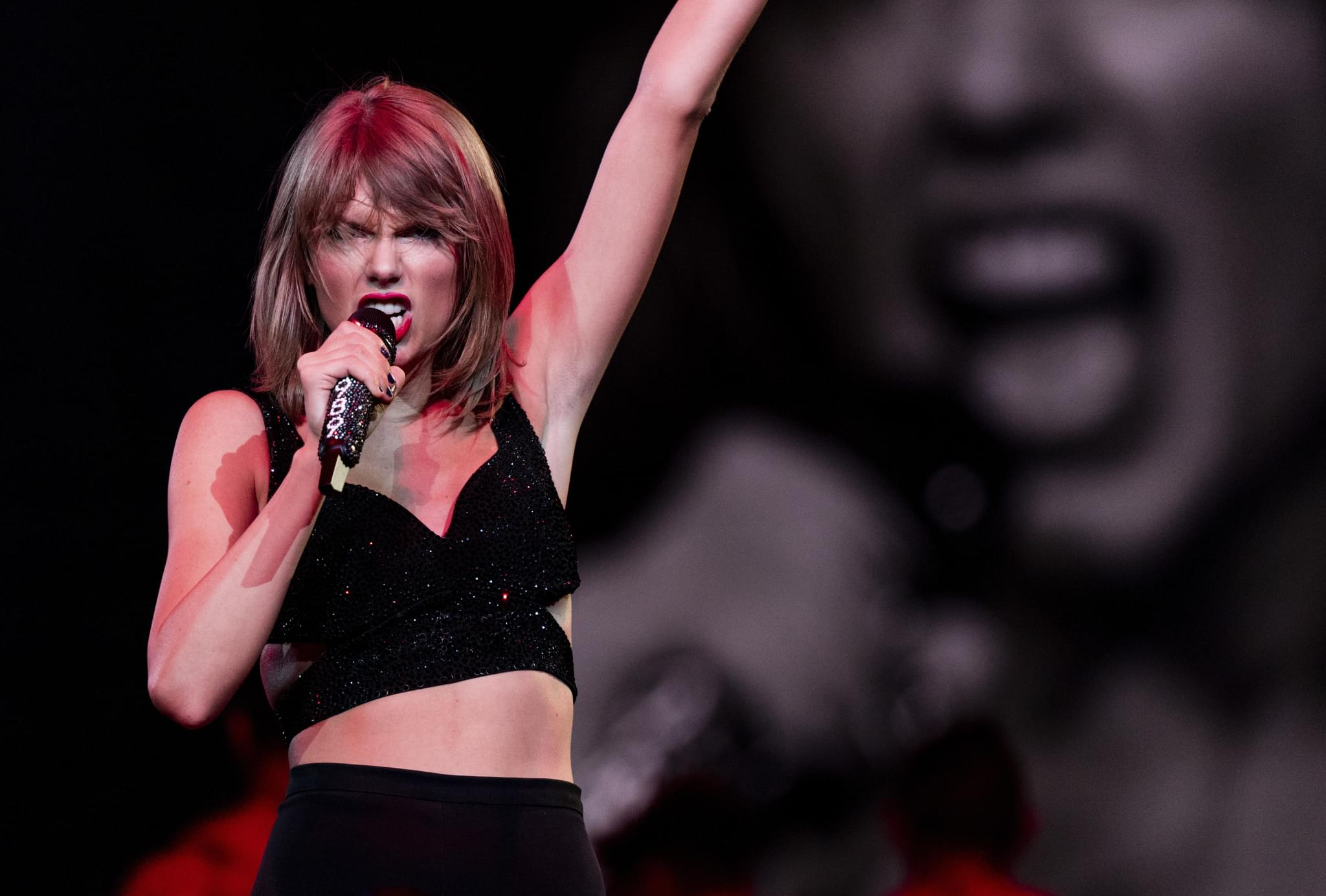 Kelly Clarkson Suggests Taylor Swift Re-Record Her Songs