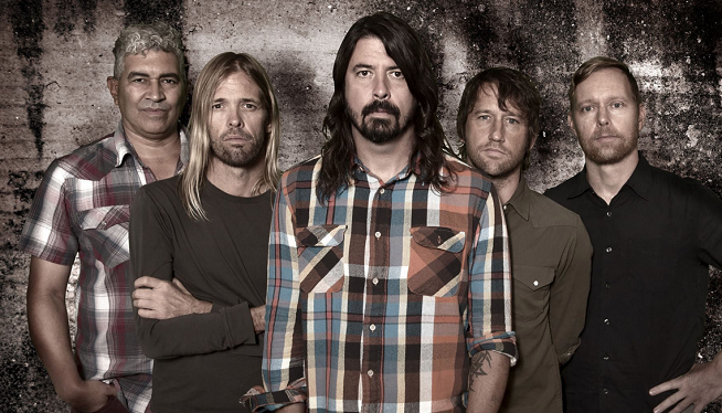 Foo Fighters: Dave Falls Off Stage