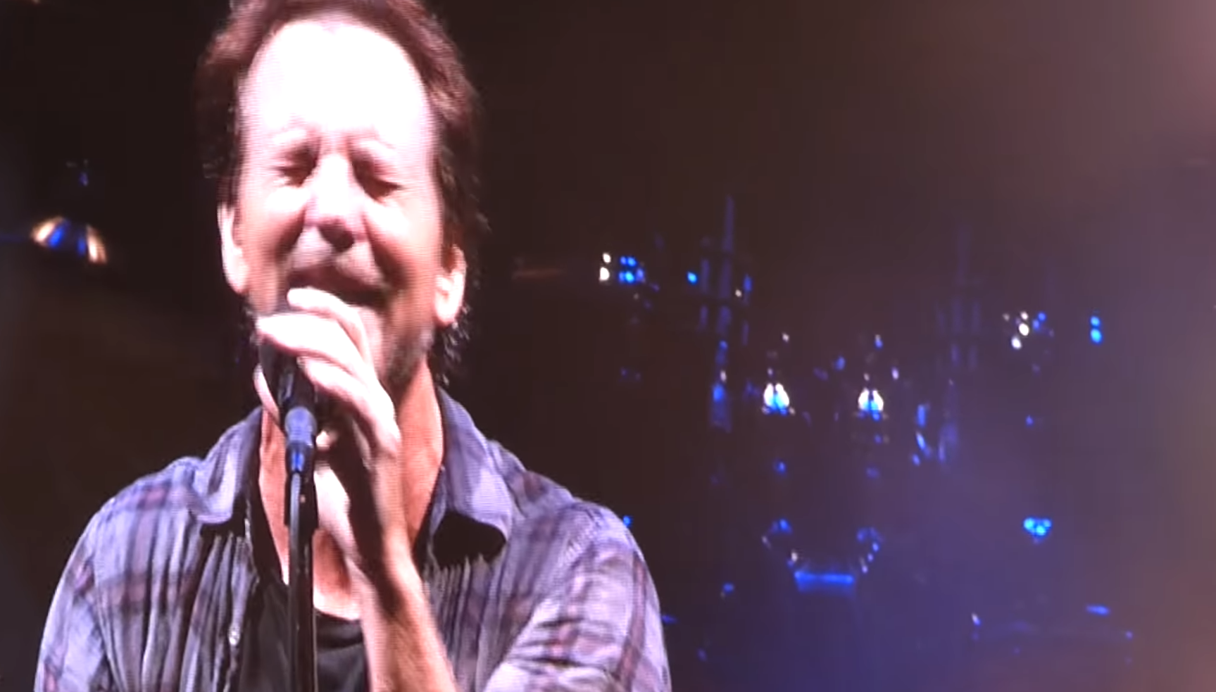 Pearl Jam covers Bowie at Wrigley