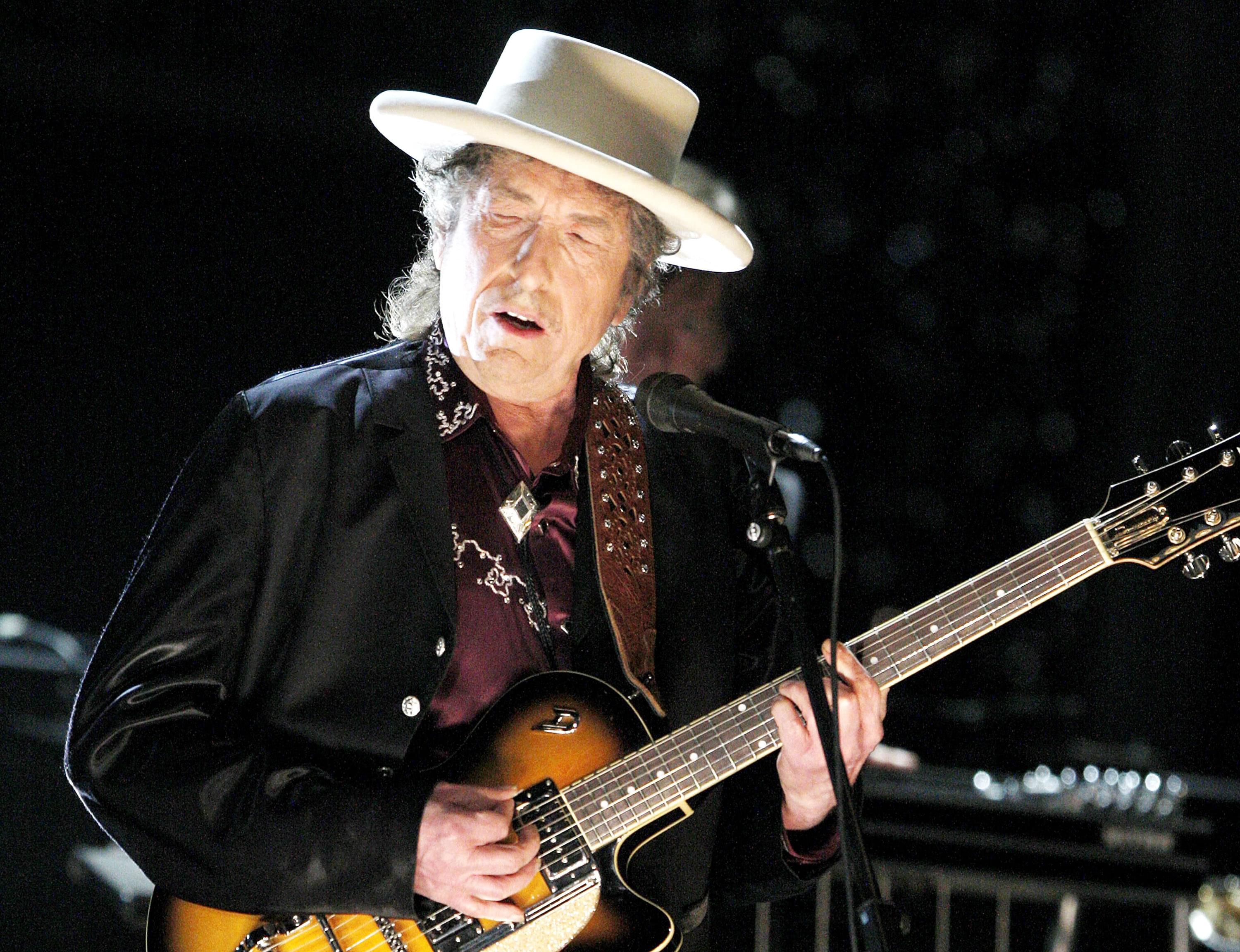 Bob Dylan lashes out at audience photographer