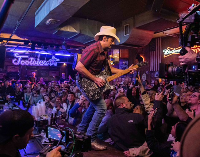 Brad Paisley Takes Over Tootsies in Nashville