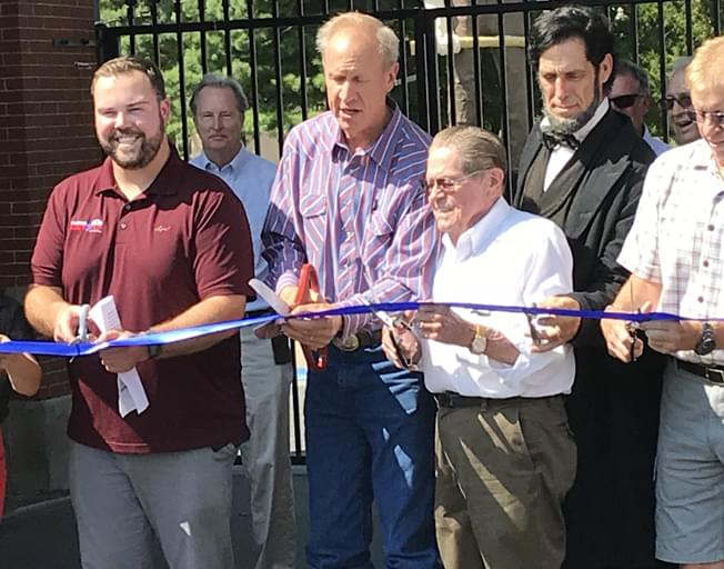 Governor cuts ribbon to open Illinois State Fair