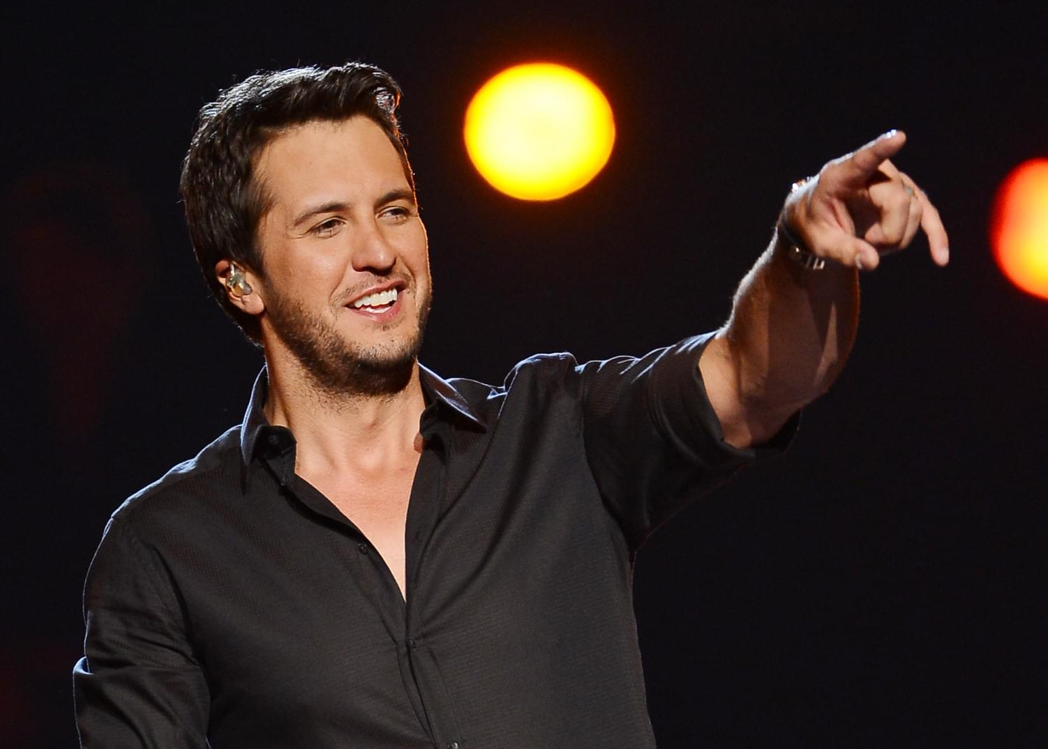 Luke Bryan Catches Panties On Stage Like A Boss!