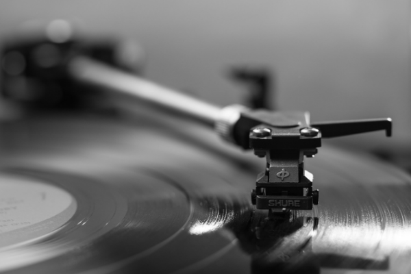Vinyl On Pace To Outsell CDs This Year