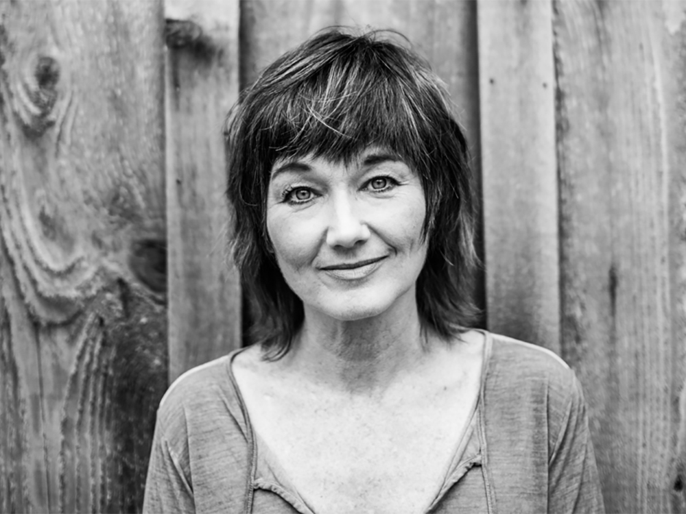 """Lari White's First Album in 13 Years Reunites """"Old Friends"""" and """"New Loves"""""""