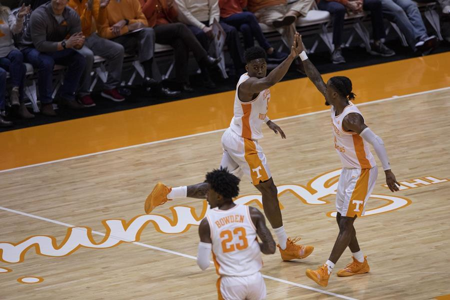 No. 3 Tennessee Edges Alabama in Final Minute, 71-68
