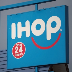 """Video Of Syrup Containers Lip-Syncing """"Bohemian Rhapsody"""" At IHOP Goes Viral!"""