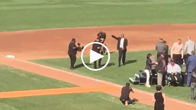 Barry Bonds enters AT&T Park to standing ovation before number retirement