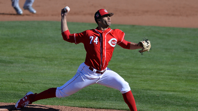 Giants claim Reds right-hander off waivers