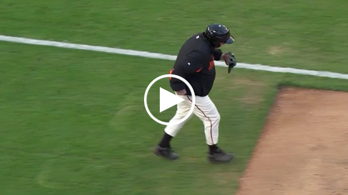 Giants' ball dude makes iconic run to recover foul ball