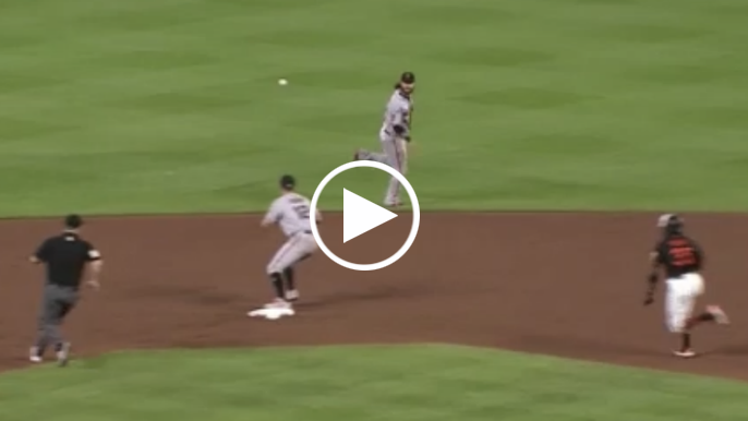 Brandon Crawford saves run with incredible defensive play